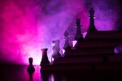 Иерархия дела Концепция стратегии с шахматными фигурами Шахмат стоя на пирамиде деревянных строительных блоков с королем на стоковое изображение