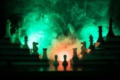 Иерархия дела Концепция стратегии с шахматными фигурами Шахмат стоя на пирамиде деревянных строительных блоков с королем на стоковое изображение rf