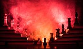 Иерархия дела Концепция стратегии с шахматными фигурами Шахмат стоя на пирамиде деревянных строительных блоков с королем на стоковое фото
