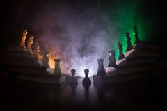 Иерархия дела Концепция стратегии с шахматными фигурами Шахмат стоя на пирамиде деревянных строительных блоков с королем на стоковые изображения rf