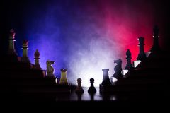 Иерархия дела Концепция стратегии с шахматными фигурами Шахмат стоя на пирамиде деревянных строительных блоков с королем на стоковые изображения