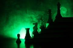 Иерархия дела Концепция стратегии с шахматными фигурами Шахмат стоя на пирамиде деревянных строительных блоков с королем на стоковые фотографии rf