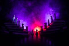 Иерархия дела Концепция стратегии с шахматными фигурами Шахмат стоя на пирамиде деревянных строительных блоков с королем на стоковое фото rf