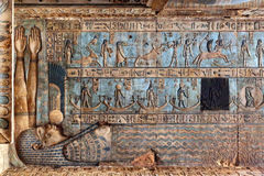 Иероглифическое резное изображение в старом египетском виске Стоковая Фотография RF