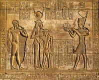 Иероглифическое резное изображение в старом египетском виске Стоковые Фото