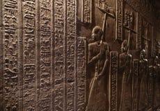 Иероглифическое резное изображение в старом египетском виске Стоковые Изображения RF