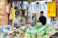 ИЕРУСАЛИМ, ИЗРАИЛЬ - АПРЕЛЬ 2017: Выйдите эскиз вышед на рынок на рынок, торговлю израильтянина, продавца в рынке Mahane Yehuda I стоковое фото
