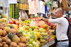 ИЕРУСАЛИМ, ИЗРАИЛЬ - АПРЕЛЬ 2017: Выйдите эскиз вышед на рынок на рынок, торговлю израильтянина, продавца в рынке Mahane Yehuda I стоковые фото