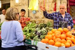 ИЕРУСАЛИМ, ИЗРАИЛЬ - АПРЕЛЬ 2017: Выйдите эскиз, торговлю израильтянина, продавца и покупателя вышед на рынок на рынок в рынке Ma стоковое изображение