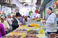 ИЕРУСАЛИМ, ИЗРАИЛЬ - АПРЕЛЬ 2017: Выйдите эскиз, торговлю израильтянина, продавца и покупателя вышед на рынок на рынок в рынке Ma стоковая фотография rf