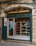 ИЕРУСАЛИМ, ИЗРАИЛЬ - 2-ое апреля 2018: Армянский керамический центр на узкой улице старой части Иерусалима стоковая фотография rf