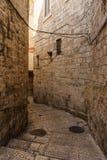 ИЕРУСАЛИМ, ИЗРАИЛЬ - 2-ое апреля 2018: На узкой улице старой части Иерусалима стоковые фото