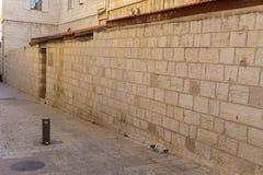 ИЕРУСАЛИМ, ИЗРАИЛЬ - 2-ое апреля 2018: На узкой улице старой части Иерусалима стоковая фотография rf