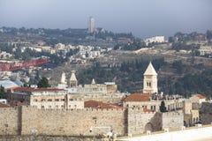 Иерусалим, Израиль 8-ое декабря 2018: Впечатляющий панорамный взгляд сверху крыши башни старого города Иерусалима стоковое фото rf