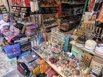 ИЕРУСАЛИМ, ИЗРАИЛЬ - 13-ОЕ ИЮЛЯ 2015: Узкая каменная улица среди sta Стоковые Изображения RF