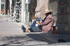 ИЕРУСАЛИМ, ИЗРАИЛЬ - 15-ОЕ МАРТА 2006: Масленица Purim в известном ультра-правоверном квартале Иерусалима - Mea Shearim Стоковые Фото