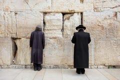 ИЕРУСАЛИМ, ИЗРАИЛЬ - 15-ОЕ МАРТА 2016: 2 люд моля на голося стене в старом городке Иерусалиме (Израиле) стоковая фотография