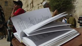 ИЕРУСАЛИМ, ЛЕТО 2014 - книга torah в Иерусалиме сток-видео