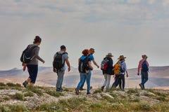 Иерусалим - 10 04 2017: Группа людей trekking в mountais Стоковое Фото