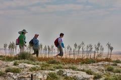 Иерусалим - 10 04 2017: Группа людей trekking в mountais Стоковое Изображение