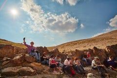 Иерусалим - 10 04 2017: Группа людей trekking в mountais Стоковые Изображения RF