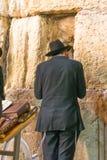 Иерусалим, Израиль - 25-ое апреля: Еврейский человек молит стену стоковые фотографии rf