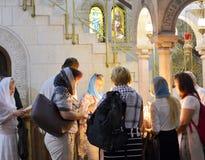 Иерусалим, Израиль, паломники 11-ое июня 2017 освещает свечи в Sa Стоковая Фотография