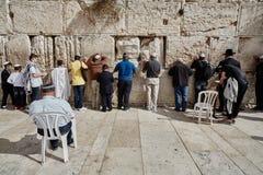 Иерусалим - 15-ое ноября 2016: Люди моля на голося стене Стоковая Фотография