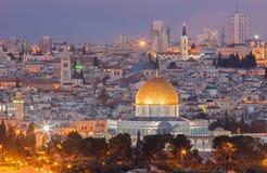 Иерусалим - посмотрите от Mount of Olives к старому городу на сумраке Стоковая Фотография