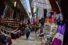 Иерусалим - 04 04 2017: Ринв прогулки туристов рынок в o Стоковая Фотография