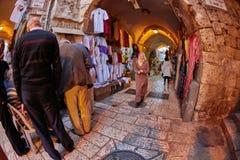 Иерусалим - 04 04 2017: Ринв прогулки туристов рынок в o Стоковые Фотографии RF