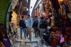Иерусалим - 04 04 2017: Ринв прогулки туристов рынок в o Стоковые Изображения RF