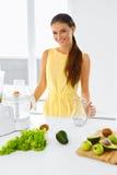 диетпитание здоровое Женщина делая сок Smoothie вытрезвителя Вегетарианец Eati стоковая фотография rf