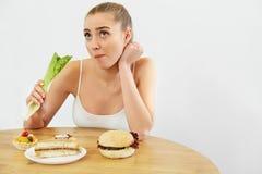 диетпитание принципиальной схемы Красивая молодая женщина ест салат Стоковое фото RF