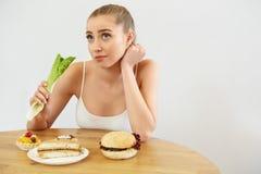 диетпитание принципиальной схемы Красивая молодая женщина ест салат стоковая фотография rf