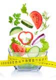 диетпитание принципиальной схемы Свежие овощи падая в стеклянный шар Стоковое Изображение