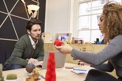 2 дизайнера имея творческую встречу в современном офисе Стоковая Фотография