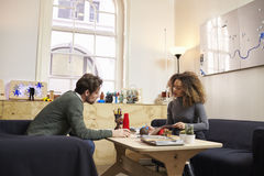 2 дизайнера имея творческую встречу в современном офисе Стоковые Изображения RF
