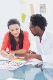 2 дизайнера работая на колесе цвета Стоковое Изображение