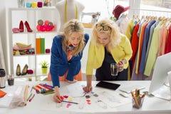 2 дизайнера работая на эскизе Стоковая Фотография RF
