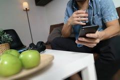 дизайнерская рука человека используя покупки передвижных оплат онлайн, cha omni Стоковые Фотографии RF