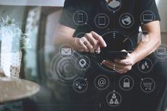 дизайнерская рука человека используя умный phon для sh передвижных оплат онлайн Стоковая Фотография