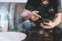 дизайнерская рука человека используя умный phon для sh передвижных оплат онлайн Стоковые Изображения RF