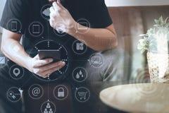 дизайнерская рука человека используя умный phon для sh передвижных оплат онлайн Стоковое фото RF