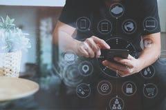дизайнерская рука человека используя умный phon для sh передвижных оплат онлайн Стоковые Фото