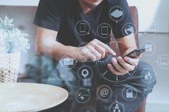 дизайнерская рука человека используя умный phon для sh передвижных оплат онлайн Стоковые Изображения