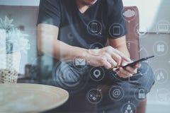 дизайнерская рука человека используя умный phon для sh передвижных оплат онлайн Стоковое Фото