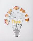 дизайн слова электрической лампочки ДУМАЕТ с пылью пилы карандаша иллюстрация вектора