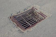 Избавление дождевой воды на улице Стоковые Изображения