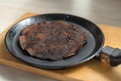 избалованный, который сгорели блинчик в сковороде Стоковая Фотография